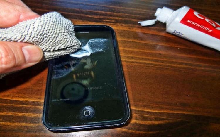 Даже от царапин на экране телефона: необычное применение обычной зубной пасты