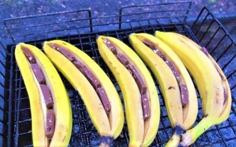 Сказочное барбекю для детишек: вместо мяса на огне - бананы с шоколадом