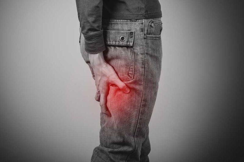 Ишиас и боли в спине - частые проблемы. При явных симптомах ишиаса (воспаление седалищного нерва) рекомендуется массаж. Лечение спины с помощью мудр поможет снять боль и восстановить баланс энергии в теле.