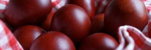 Как покрасить яйца с помощью луковой шелухи