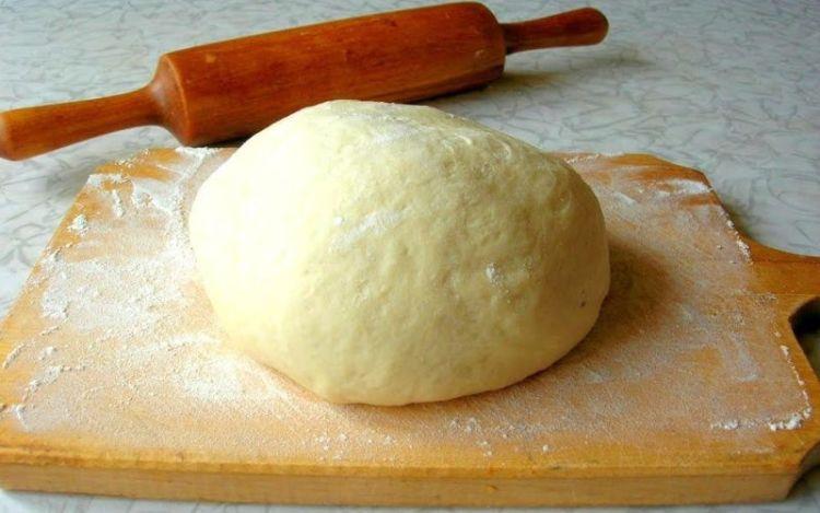 Быстрое тесто для пиццы незаменимо, когда для готовки нет времени. Находкой станет простое тесто для пиццы. Его эластичность позволит сделать корж очень тонким. А пицца на тонком тесте - эталон высокого качества. Ловите наш рецепт теста для пиццы.