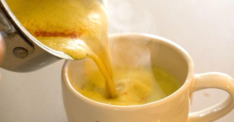 «Золотое молоко» - это древний чайный напиток с куркумой, фактически, молоко с куркумой. Его использовали в лечебных целях в течение столетий. Основную пользу организму дает куркума. А так как полезные свойства куркумы изучают долгое время, это говорит о многом.
