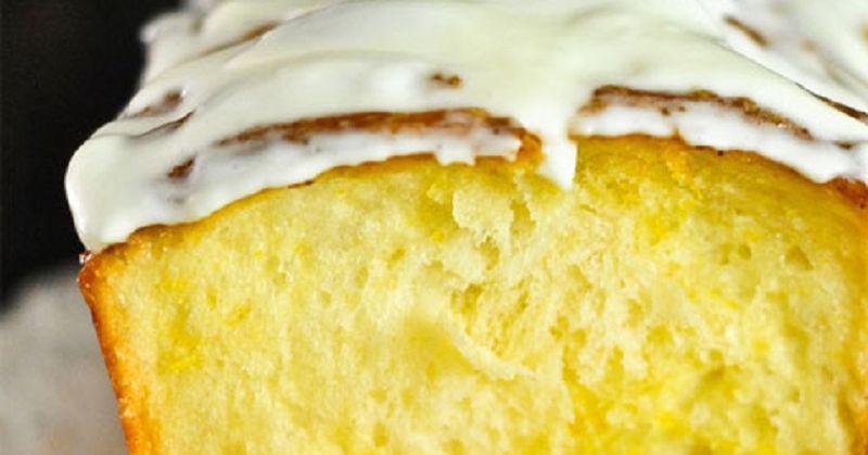 Рецепт лимонного кекса, которым мы поделимся, способен порадовать даже очень привередливую хозяйку. Вы сможете приготовить божественно вкусный, мягкий, а главное – быстрый десерт. Всего десять минут ваших усилий и минимум продуктов превратят лимонный кекс в любимую выпечку всей семьи.