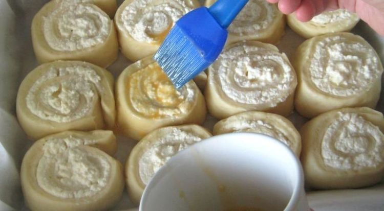 Вкусные завитушки с творожной начинкой в сметанном соусе