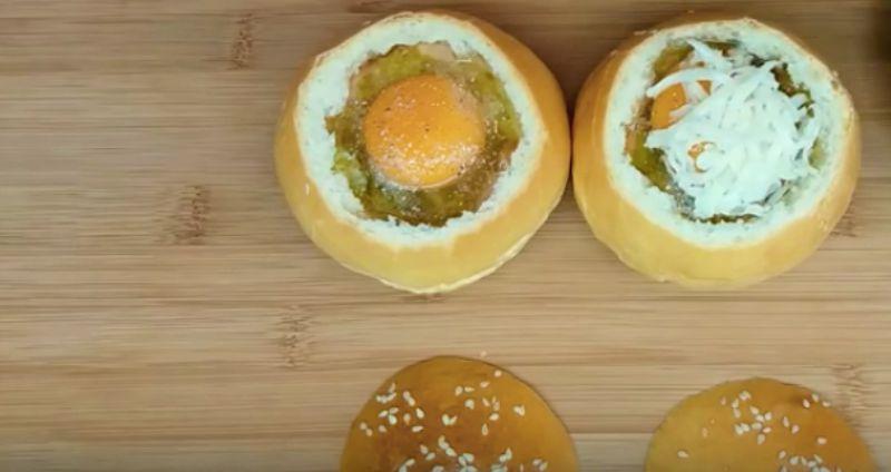 Яйцо в булочке в духовке: быстрый завтрак, способный взорвать вкусовые рецепторы