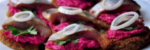Нереально вкусные гренки со свеклой и сельдью: особый рецепт для дилетантов