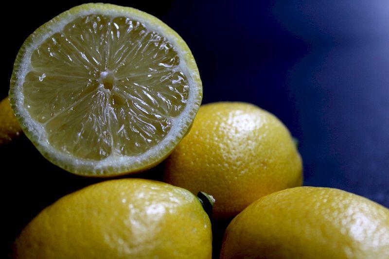 Когда витамин С не панацея: 9 побочных эффектов от лимонов и лимонной воды