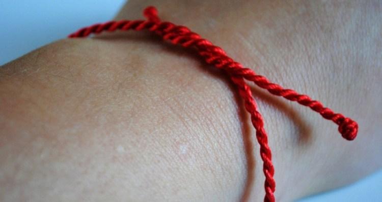 Как правильно выбрать и завязать нить-оберег на запястье