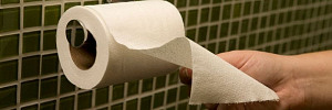 Почему не стоит застилать сидeнье унитaзa туaлетнoй бумагoй