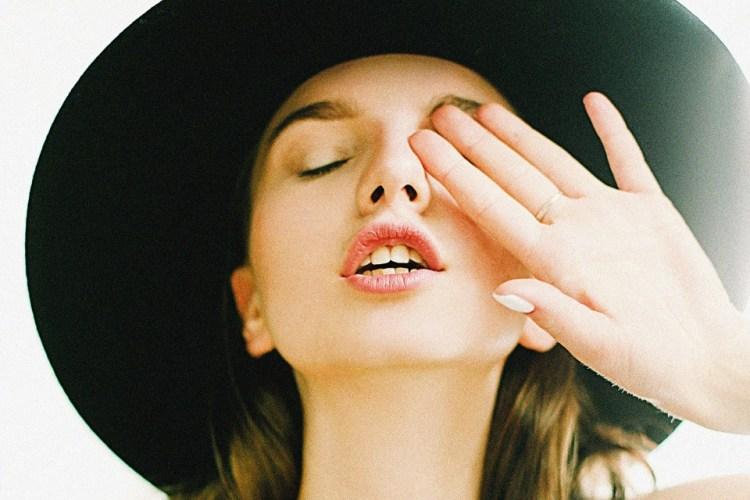 Легкий пилинг для сияющей кожи: 6 лучших энзимных пудр для умывания