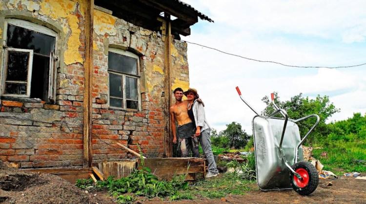 Семья купила старый дом в деревне. Через месяц соседи ахнули от удивления