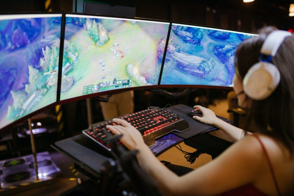 a woman playing league of legends
