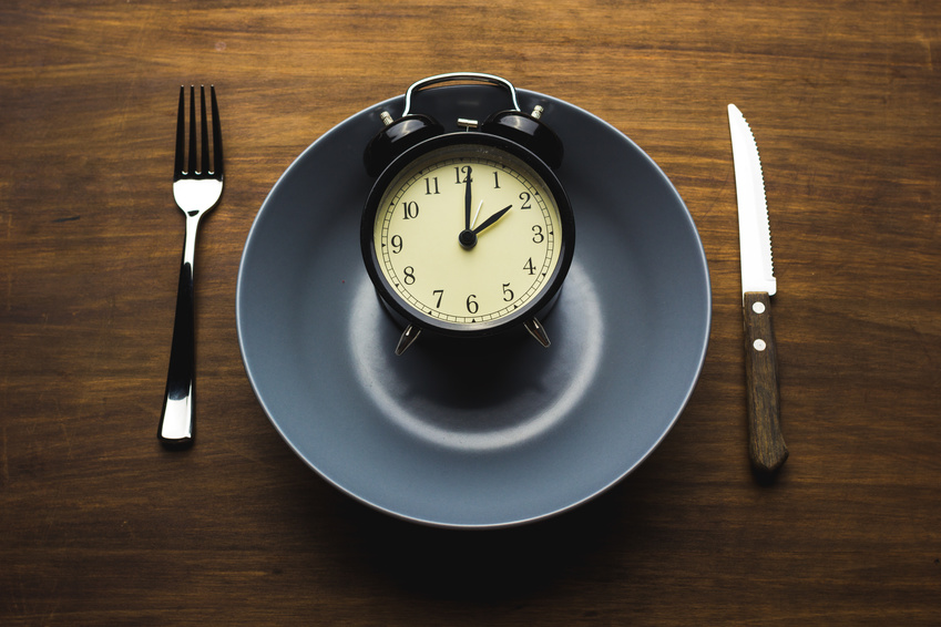 Alarm clock inside a plate regarding histamine and fasting