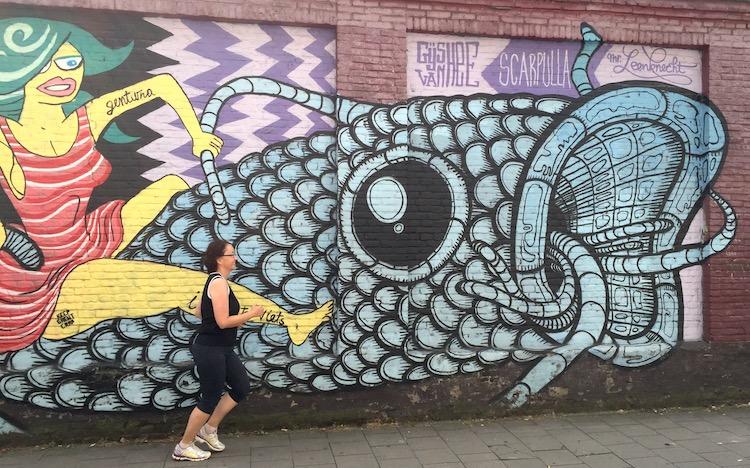 Joggen lernen vor einem Graffiti in Gent