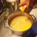 Silvester-Drink Eierlikoer und O-Saft erwärmen