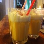 Silvester-Drink Reihe mit Gläsern mit leckerm Eierpunsch