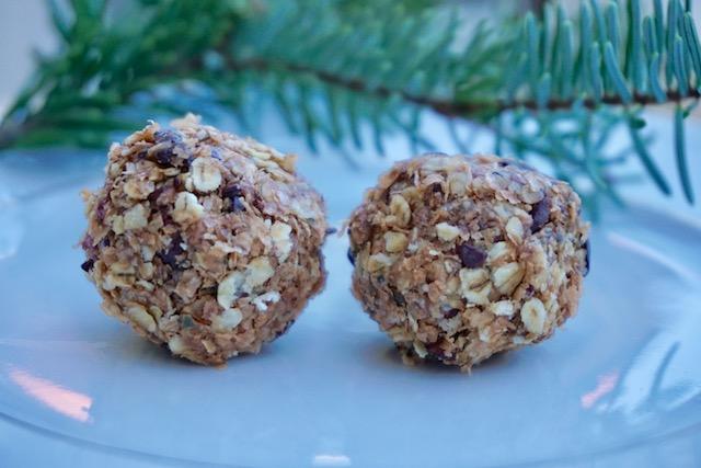 Schokoladen-Kirsch-Knusperkugeln – und ein köstlicher Snack fürs Büro oder den nächsten Winterspaziergang