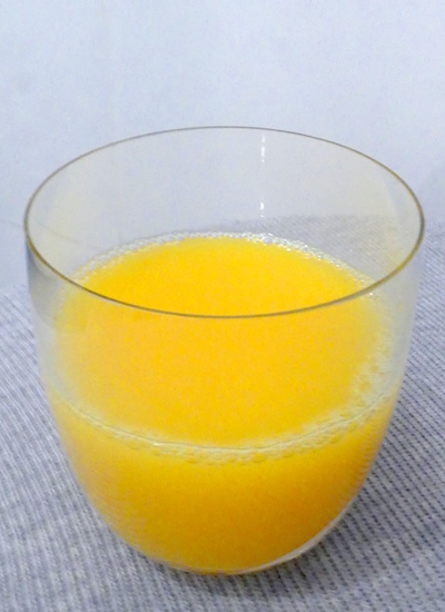 Wie viel Zucker am Tag liefert Orangensaft? Ein Glas hat 4 Teelöffel