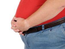Sehr dicker Mann mit erheblichem Übergewicht präsentiert sich der Kamera Fat man isolated on white