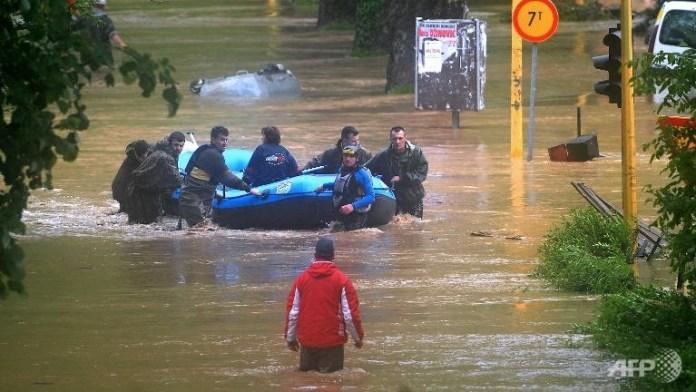 bosnian-rescuers-evacuate
