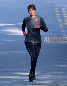 halle-berry-goes-for-a-run-on-set-of-extent__oPt