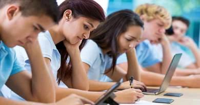 क्लास में फोन पर लगे रहने से छात्रों के प्रदर्शन पर पड़ सकता है बुरा असर