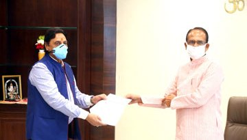 मुख्यमंत्री श्री चौहान को राहत कोष के लिये 21 लाख का चैक भेंट