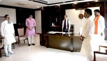 मुख्यमंत्री श्री चौहान एवं मंत्रीगण ने दिवंगत मजदूरों को श्रद्धांजलि दी