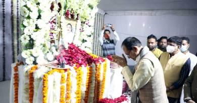 मुख्यमंत्री श्री चौहान ने स्वर्गीय श्री ओम यादव को श्रद्धांजलि दी