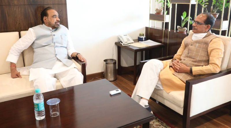 मुख्यमंत्री श्री चौहान से लोक निर्माण मंत्री श्री गोपाल भार्गव ने की चाय पर चर्चा