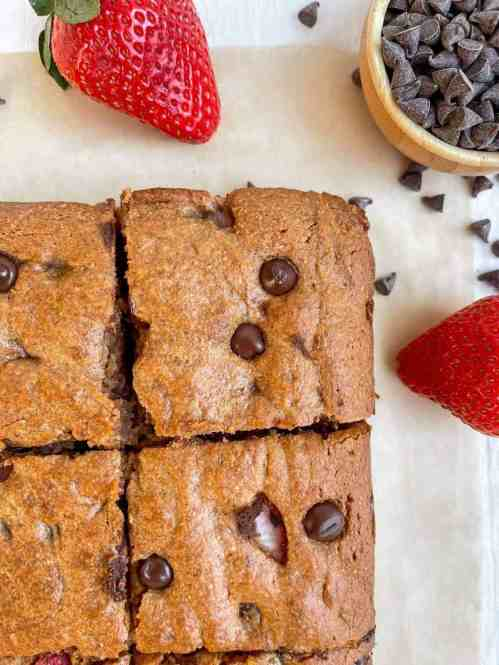 Easy and fudgy paleo strawberry almond butter blondies - recipe by Healthful Blondie.