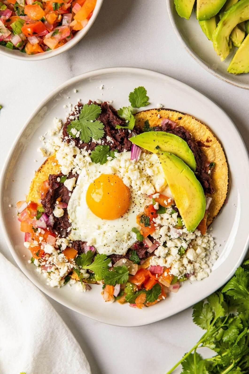 10 minute Mexican huevos ranchos with fried egg and fresh pico de gallo