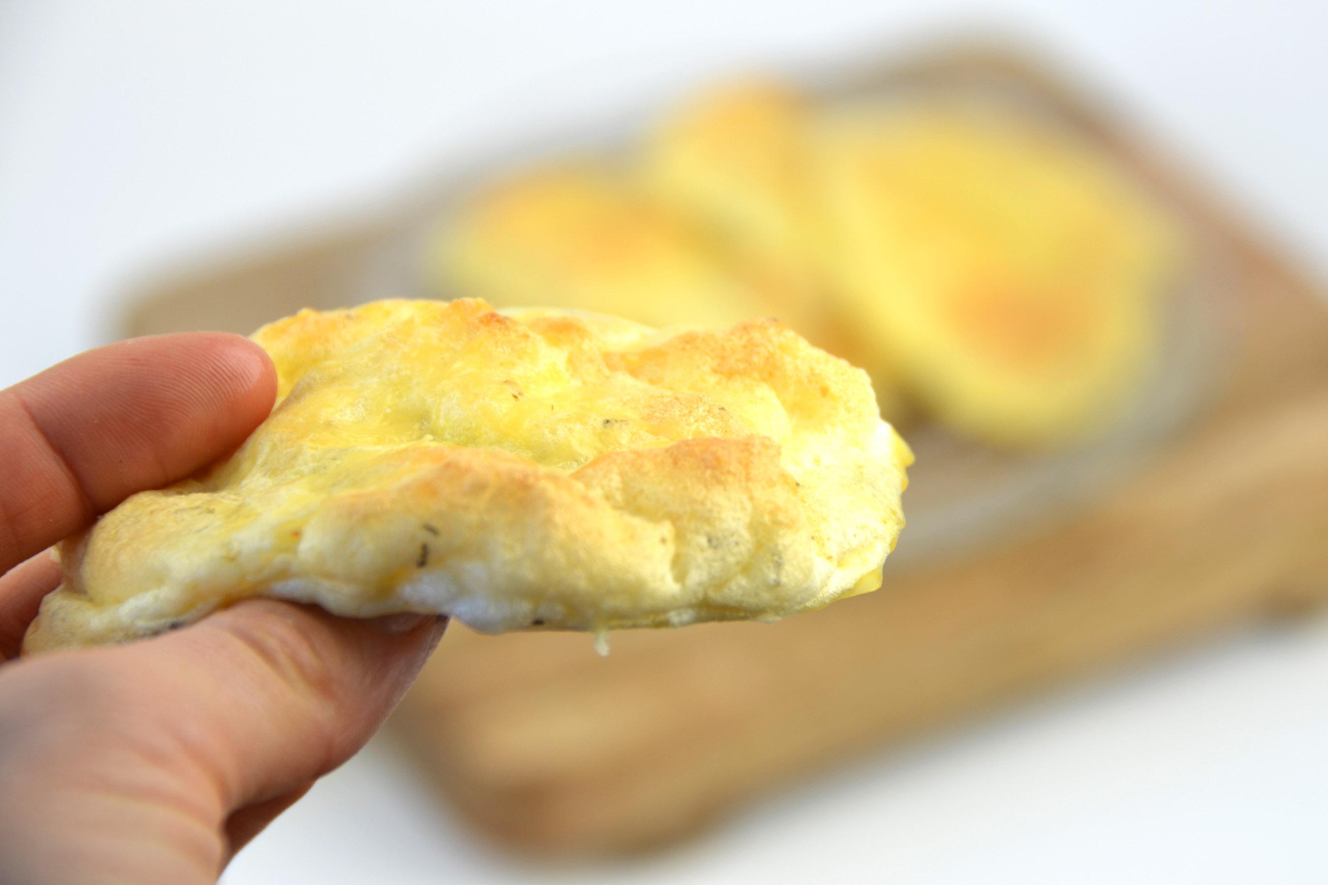 Cloud bread met kaas en rozemarijn