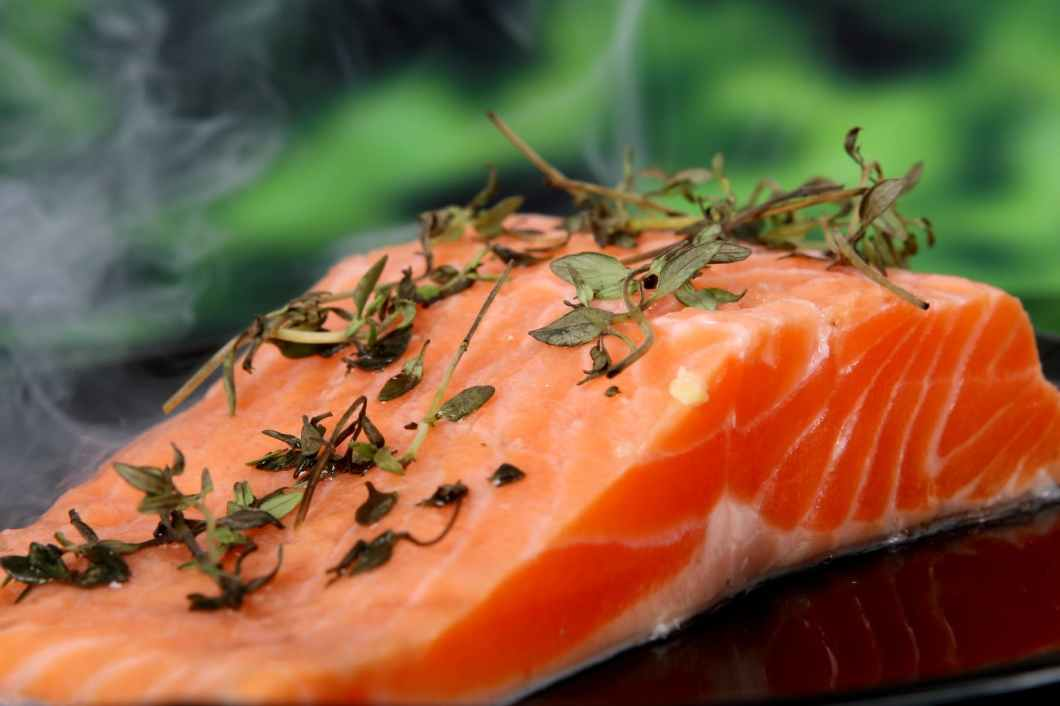 4 ดี มีประโยชน์ของปลาแซลม่อน ดีต่อเข่า ตา นอนหลับ เครียด