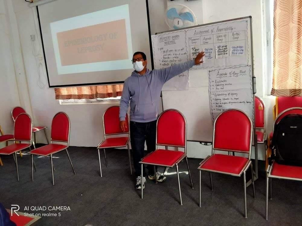 सुदुरपश्चिम स्वास्थ्य निर्देशनालयका क्षय कुष्ठ निरीक्षक मनोज प्रसाद ओझा कार्यक्रमको सहजीकरण गर्दै