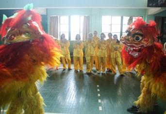 6月29日,西苏格兰大学的同学们在南华大学体育馆观看南华大学龙狮队的舞龙舞狮表演 (4)
