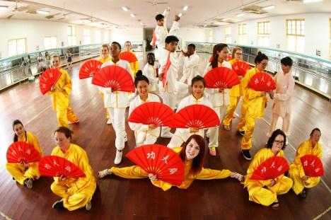 6月30日,西苏格兰大学的同学们在南华大学体操房同南华大学国际学院的留学生们一起合影留念。 (1)