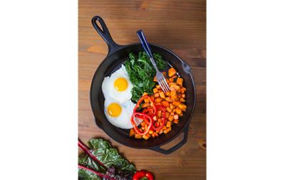 Huevos al sartén con camote frito