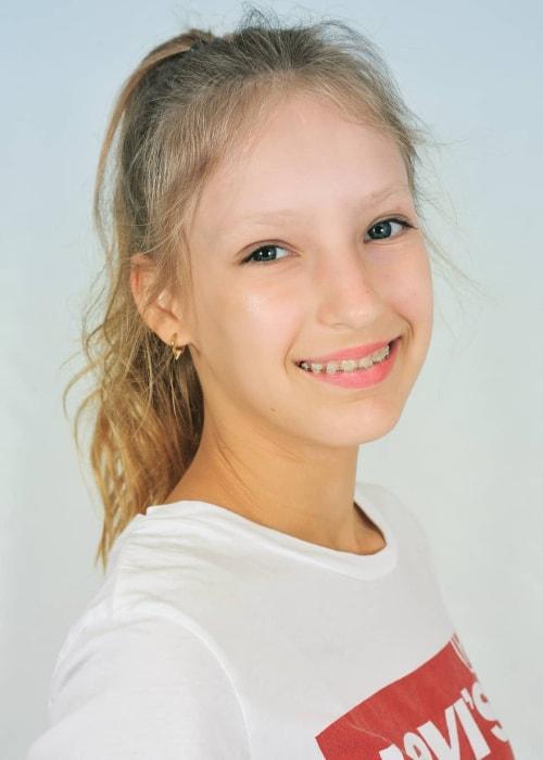 Karina From Sis Versus Bro : karina, versus, KarinaOMG, Height,, Weight,, Boyfriend,, Family,, Facts,, Biography
