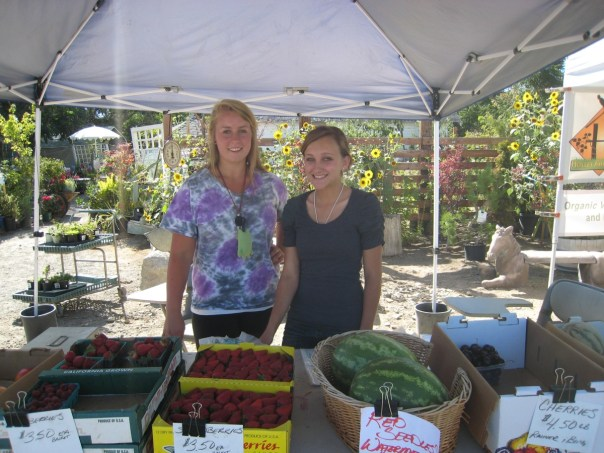 farmers market interns cheyenna burrows and heather knudsen