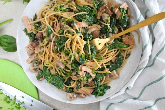 Spaghetti Alfredo met kastanjechampignons, spinazie en vegan spekjes