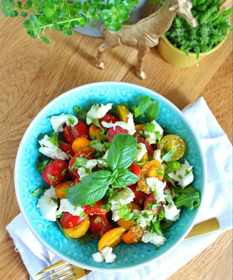 caprese salade met groene pesto.