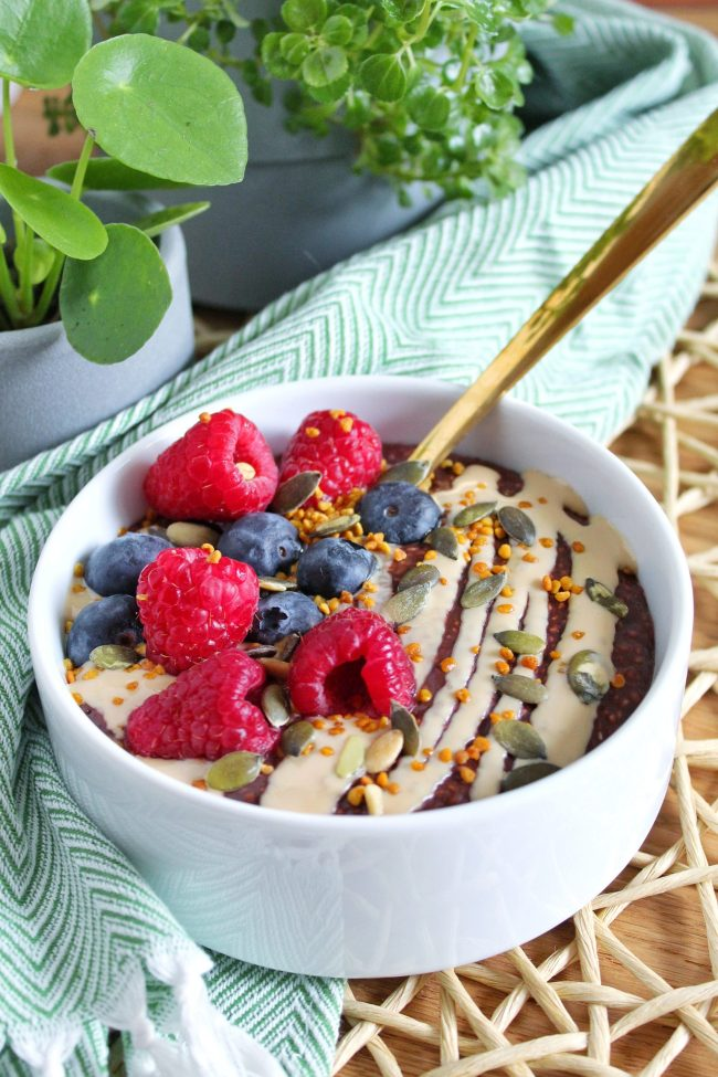 warme chocolade chia pudding met witte amandelmousse