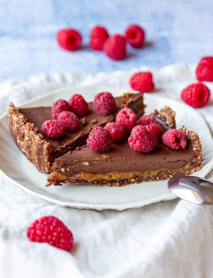 no bake raw vegan caramel chocolate tart with vegan chocolate ganache