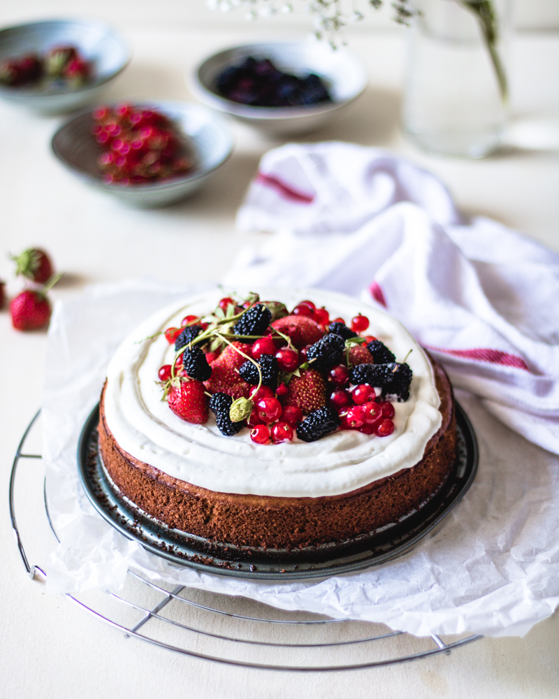Prepare your gluten free and chickpea based cake with cheese frosting