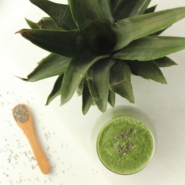 Kale-Pineapple-Smoothie - www.healthyhappysteffi.com
