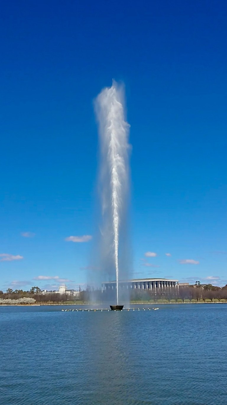 Captain cook fountain on Lake Burley Griffin (1).jpeg