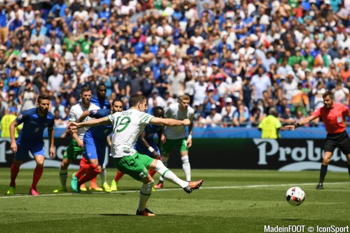 26-june-2016--robbie-brady-of-republic-of-ireland-scores-his-side-s-first-goal-of-the-game-from-the-penalty-spot-during-the-uefa-euro-2016-round-of-20160626160911-9113
