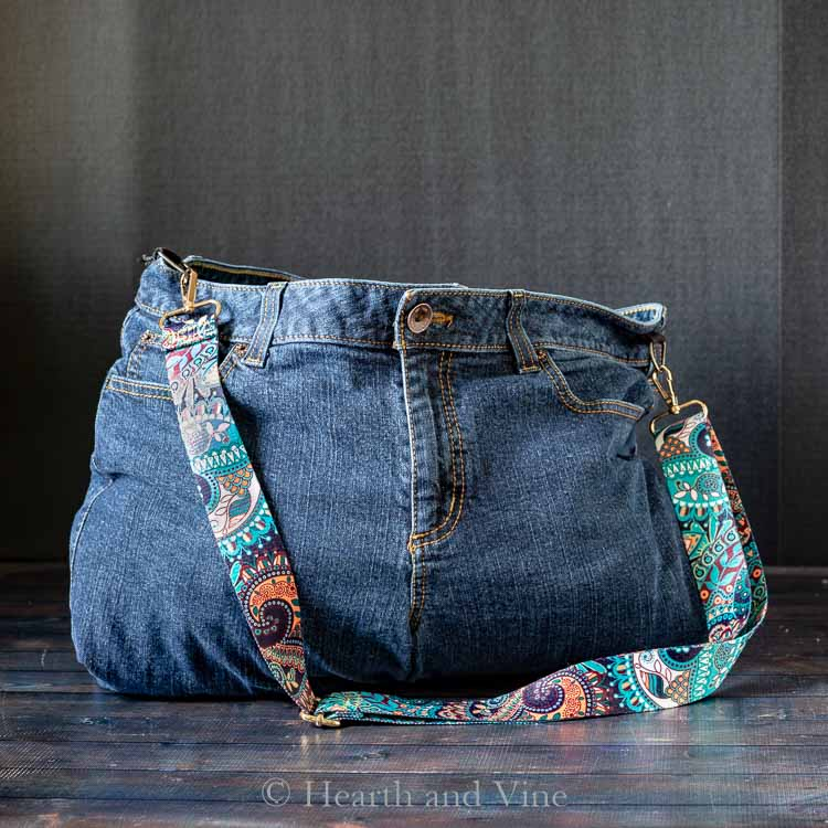 Sewing tutorial: Upcycled jeans weekender bag