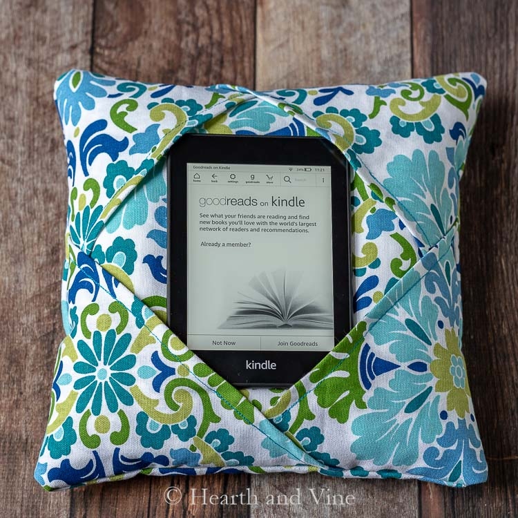 Sewing tutorial: Simple fabric reader holder